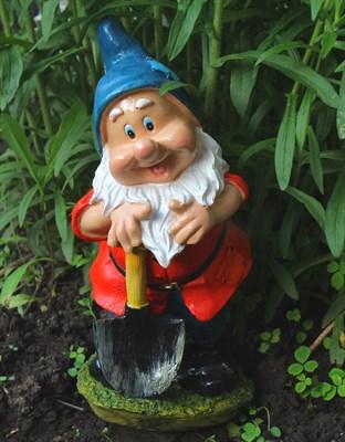 Гном огородник с лопатой - фото 4856